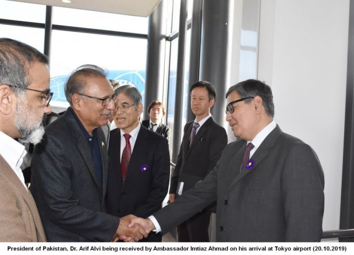 President of Pakistan Dr. Arif Aliv, being received by Ambassador Imtiaz Ahmad on his arrival at Tokyo Airport (20.10.2019)